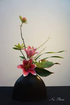Faux flowers for decor. Ikebana Arrangements, Modern Floral Arrangements, Creative Flower Arrangements, Ikebana Flower Arrangement, Beautiful Flower Arrangements, Beautiful Flowers, Art Floral, Deco Floral, Exotic Flowers
