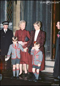 Les princes William et Harry avec leur mère la princesse Diana et leur grand-mère Frances Burke Spencer le 14 décembre 1989
