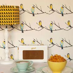 Une cuisine en style rétro avec du papier peint aux oiseaux