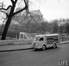 Le Coca Cola était disponible officieusement en France depuis 1919 et officiellement depuis 1933, mais après la guerre en 1950 la marque a décidé de se relancer avec une nouvelle campagne de communication basée sur le slogan «Buvez Frais» permis par la prolifération des réfrigérateurs. A cette occasion Coca Cola a organisé des livraisons sous …
