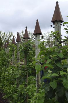 Garden Design 24 French Potager Garden Ideas - fancydecors - Potager gardens do not have to be fussy things. They are ideal for people who wish to grow heirloom vegetables. Potager Garden, Veg Garden, Garden Cottage, Edible Garden, Garden Art, Garden Design, Garden Posts, Vegetable Gardening, Deck Posts
