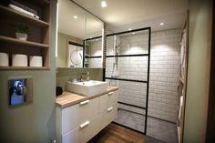BAD: Også på badet har 26-åringen gått for en industriell glassvegg i dusjen. På gulvet har hun valgt en kombinasjon av fliser som ser ut som parkett, og mikrosement. (Foto: Kjartan Bjelland)