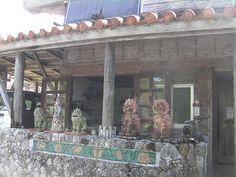 沖縄の旅 -2- : 器と珈琲 Lien~りあん~ 沖縄の工房・作家さんを訪ねる旅では、 当店の開店当初よりお付き合いのある 玉城焼の稲福哲雄さんの窯元にも寄らせていただきました。  ギャラリー&ショップは、南城市玉城、国道331号を寄り道して海へ降りて行く途中にあります。こちらが、その入り口。 ずらりと並んだシーサーが圧巻ですね。