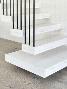 Var dags rum: Det hetaste i inredningsväg - i Finland! Stair Detail, Wooden Stairs, Interior Stairs, Stair Railing, Railings, House Stairs, Wood Interiors, Vand, Log Homes