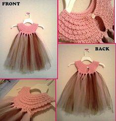 Fare uno di questi vestitini è davvero facile, per prima cosa dovete lavorare la parte all'uncinetto, e dopo dovete tagliare delle stris...