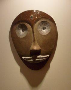 Masque africain au sourire, en céramique émaillée, terre cuite brune, front couvert d'un émail transparent, bouche et yeux : Décorations murales par mimi-vermicelle