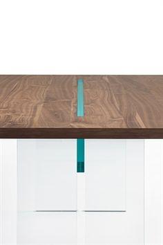 """De FIAM design LLT wood design eettafel is ontworpen door Benini Dante Q – Gonzo luca. Het blad is voorzien van 40mm gelaagd hout verkrijgbaar in 'canaletto walnoot' of """"oud"""" durmast fineer afwerking. De poten komen in 19mm helder- of kristalglas. - Detailfoto"""