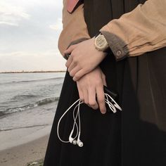 Niqab Fashion, Modern Hijab Fashion, Muslim Fashion, Beige Aesthetic, Aesthetic Photo, Aesthetic Girl, Hand Photography, Girl Photography Poses, Wedding Photography