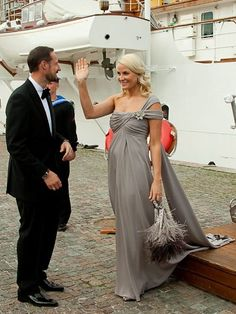 Crown Princess Victoria: Crown Princess Mette-Marit at private dinner at Drottningholm Palace Celebrity Dresses, Celebrity Style, Ingrid Alexandra, Norwegian Royalty, Grey Evening Dresses, Royal Families Of Europe, Gala Gowns, Crown Princess Victoria, Princesa Diana