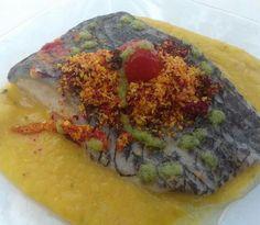 Lombo de tilápia perfumado com caxinde, guarnecido com purê de feijão no óleo de palma com mandioca ralada e beterraba - chef Rui Sá da Angola.