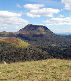 Puy de Dôme  volcan endormi de la chaîne des Puys, dans le Massif central. Il se trouve à une quinzaine de kilomètres de Clermont-Ferrand et a donné son nom au département du Puy-de-Dôme.