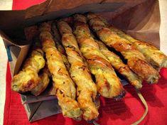 Reteta culinara Spirale din foietaj cu branza si chimen. din categoria Aperitive / Garnituri. Cum sa faci Spirale din foietaj cu branza si chimen.
