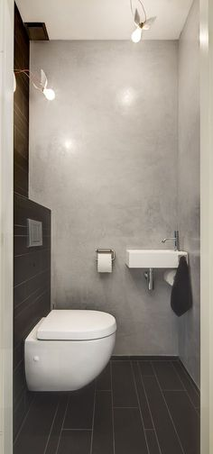 BETON CIRE / ABGEFAHRENE LAMPEN * This small bathroom is designed efficiently thereby created a great effect. The bathroom is equipped with all facilities: toilet, sink, shower and storage.