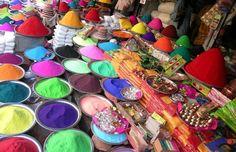 Színes festékekben fog úszni fél India! - Hihetetlen színek, rengeteg ember és a gonosz máglyával való elűzése. Ez a Holi, az indiaiak télüző-tavaszköszöntő ünnepe, amely holdnaptártól függően február végén vagy március elején kerül megrendezésre.Sok ezer ember egyszerre elkezd egymásra színes port dobálni majd egy hatalmas, mosolygós buli