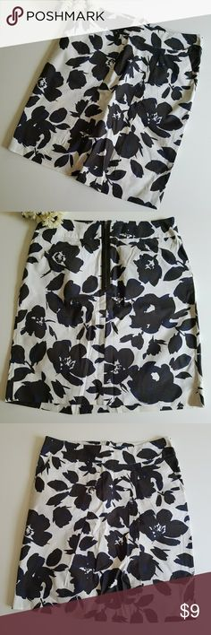 """Simply Vera Vera Wang Black Floral mini skirt. Cotton spandex. Black and white with touches of blue. Pleated front. Back zipper. 2""""waist band. Tiny discoloration back right side. Unnoticed. Waist 30.5"""". Hips 36.5"""". Above knee length. Cute casual skirt for office. Simply Vera Vera Wang Skirts Mini"""