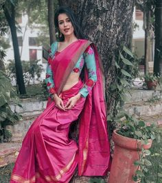 13 Best Contrast Blouse Ideas To Try With Yellow Saree Saree Hairstyles, Indian Hairstyles, Wedding Hairstyles, Saree Blouse Patterns, Saree Blouse Designs, Saree Photoshoot, Fancy Blouse Designs, Pink Saree, Yellow Saree