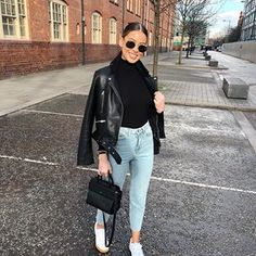 High rise Mom jeans and black leather jacket casual look Winter Fashion Outfits, Fall Winter Outfits, Look Fashion, Spring Outfits, Autumn Fashion, Mode Outfits, Chic Outfits, Trendy Outfits, Mode Ootd