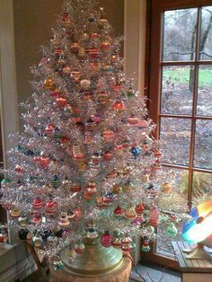 Don't want traditional Merry Christmas decorations? A pre lit white Christmas tree is just what you need. Try these white Christmas tree decorating ideas. Noel Christmas, Pink Christmas, Christmas Lights, Silver Tinsel Christmas Tree, Elegant Christmas, Christmas Presents, Retro Christmas Decorations, Vintage Christmas Ornaments, Vintage Aluminum Christmas Tree