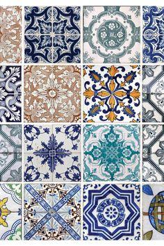 Portuguese Tiles Are Totally the New Subway Tiles – Portugese tegels zijn echt de nieuwe metrotegels – Mold In Bathroom, Bathroom Plants, White Subway Tiles, Subway Tile Kitchen, Bathroom Accents, U Bahn, Portuguese Tiles, Trendy Home, Tile Patterns