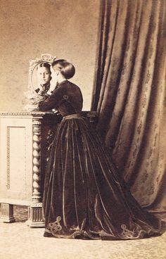 An apology of crinoline - Photography in primitive terrain Jabez Hughes, Isle of Wight (UK), Woman unidentified mirror card (Collection José Calvelo)