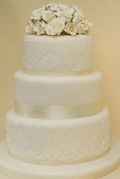 v klassische Hochzeitstorte cremeweiß mit Damaskmuster und Rosenbouquet by suess-und-salzig, via Flickr