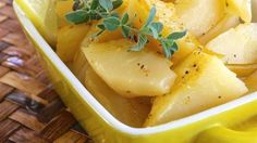 Greek Lemon Potatoes This recipe delivers lemon-flavored roasted potatoes to your table, making a great side dish for Greek dishes such as souvlaki. Lemon Roasted Potatoes, Roasted Potato Recipes, Veggie Recipes, Cooking Recipes, Veggie Food, Cooking Tips, Salad Recipes, Greek Style Potatoes, Gastronomia