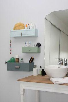 DIY bathroom shelves from old drawers Smart Tiles, Bad Inspiration, Bathroom Inspiration, Diy Rangement, Diy Casa, Old Drawers, White Drawers, Painted Drawers, Bathroom Storage