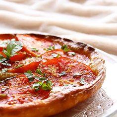 [Nouvelle recette ✨] Une petite tarte feuilletée tomates  & moutarde, rapide à préparer et avec des ingrédients simples, ça vous tente ?  C'est la dernière recette qui vient de sortir sur le blog, elle vous attend !  Rdv sur www.laurahealthyvegan.com
