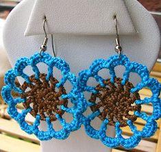 cafe+y+azul+aretes. Crochet Jewelry Patterns, Crochet Earrings Pattern, Crochet Bracelet, Crochet Accessories, Crochet Designs, Crochet Art, Thread Crochet, Crochet Gifts, Crochet Motif