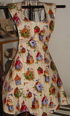 "SewFun for the ""Old Fashion Vintage Farmer's Wife"" ~ Have A Blessed day ~~Retro Style bib diner Apron Country Birdhouses by SusyBs etsy Retro Fashion 50s, Vintage Fashion, Cute Aprons, Vintage Sewing Patterns, Retro Apron Patterns, Sewing Ideas, Sewing Aprons, Creation Couture, Aprons Vintage"