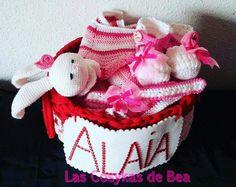 Canastilla bebe Alaia!! Ideal para hacer un regalo. Compuesta de mantita de apego, zapatitos ,turbante y la cestita! Totalmente hecho a mano!!!