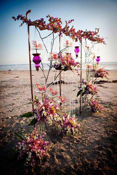 Arche en orchidées pour une cérémonie sur la plage