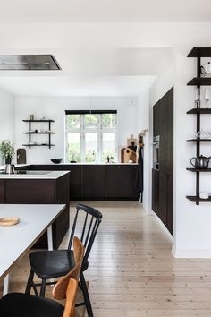 my scandinavian home: Bean stained bamboo kitchen in the beautifully pared-back Norwegian hillside home of Ask og Eng Interior Desing, Beautiful Interior Design, Black Kitchens, Home Kitchens, Küchen Design, House Design, Norwegian House, New Home Designs, Scandinavian Home
