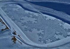 Simon Beck is an artist that uses snowshoes to create giant land art in the snow. Most of his work takes place in the ski resort of Les Arcs Land Art, Simon Beck, Snow Artist, Site Art, Stations De Ski, Snow Pictures, Pretty Pictures, Snow Sculptures, Painting Snow