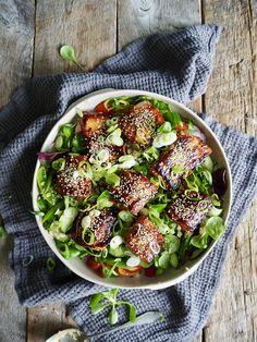 Altså dette er bare så digg!  Ris og grønnsaker toppet med laks marinert i en herlig asiatisk marinade og servert med en ingefærdressing. En litt annerledes fiskemiddag. Tex Mex, Fish And Seafood, Avocado Toast, Vegetable Pizza, Sprouts, Lunch, Baking, Vegetables, Breakfast