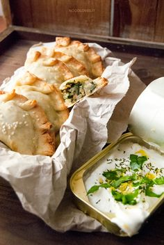 Empanadas con salmone, patate e bietole piccanti Un'armonia di sapori, ricchi di sfizio e golosità!  La ricetta su http://noodloves.it/empanadas-salmone-patate-bietole/  #Empanadas #Salmone #Patate #Bietole #Rustico #Antipasto #FingerFood #Feste #Buffet #Buonissimo #MenudiNatale