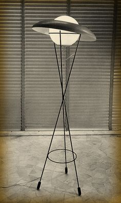 floor lamp- Gino Sarfatti is possibly the most important lighting designer in the history of Italian design. Sarfatti founded the internationally renowned interior design firm Arteluce. Vintage Lighting, Cool Lighting, Lighting Design, Lighting Stores, Modern Lighting, Luminaire Vertigo, Lampe Retro, Lampe Decoration, Mid Century Lighting