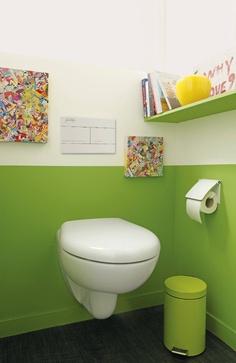 Des Toilettes Avec Lu0027ensemble Des Accessoires Coordonnés Aux 2 Couleurs Du  Mur Toilettes Pour