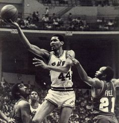 George Gervin, aka The Iceman, with his patented Finger-Roll. Basketball Legends, Sports Basketball, Basketball Players, Sports Teams, Boston Celtics, Los Angeles Lakers, The Iceman, Nba Stars, Sport Icon