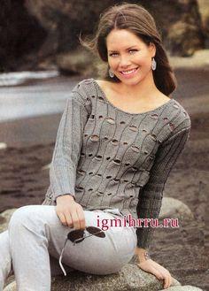 El suéter de color gris plateado con un patrón de calado. Tejer