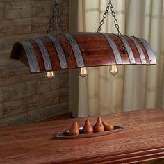 Bir şarap varilinden yapılan mutfak aydınlatması