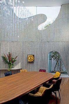 Cadeiras de Patricia Urquiola, da B&B Italia, rodeiam a mesa de jantar elíptica desenhada por Ruy Ohtake – flutuando sobre ela, móbile de Julio Le Parc e, ao fundo, na parede, obra cinética de Heinz Mack