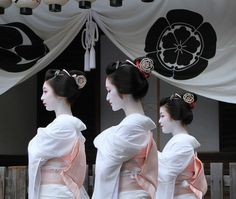 Kimiaya, Kofuku and Fukukimi during Gion Matsuri's celebrations (SOURCE) Japanese Kimono, Japanese Art, Kyoto, Memoirs Of A Geisha, Turning Japanese, Japan Photo, Japanese Beauty, Mori Girl, Japan Fashion