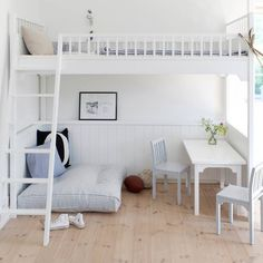 Gulvpude til højseng fra Oliver Furniture i lækkert design. Gulvpuden fås i 2 farve varianter af rosa stribet eller blå stribet. Et sikkert hit til juniorværelset. Køb online her