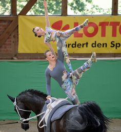 Wow this is so awesome I wanna try it Trick Riding, Horse Camp, Lift And Carry, Horse Tips, Acro, Rhythmic Gymnastics, Texas, Vaulting, Camping