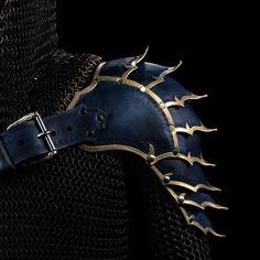Shoulder Armor Pattern LARP Fantasy Armor Leather Shoulder Fantasy Cosplay Armour Warrior Shoulder P Source by ideas fantasy Gold Armor, Black Armor, Leather Armor, Men's Leather, Fantasy Cosplay, Fantasy Armor, Larp, Shoulder Armor, Shoulder Pads