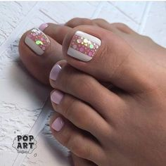 The advantage of the gel is that it allows you to enjoy your French manicure for a long time. There are four different ways to make a French manicure on gel nails. Pink Toe Nails, Pretty Toe Nails, Cute Toe Nails, Toe Nail Color, Summer Toe Nails, Feet Nails, Fancy Nails, Toe Nail Art, Trendy Nails