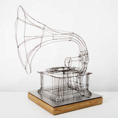 SCULPTURE SONORE INTERACTIVE EN FIL DE FER Tourner la manivelle déclenche la rotation du disque et la diffusion d'une chanson d'époque, à chaque fois différente. Une langueur poétique se déploie dans l'espace sonore. Dix airs modifiables (Fil de fer, Bois, Electroniqu…