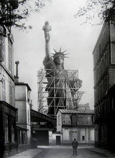 tobebuild:Statue of Liberty Paris (before being dismantled. tobebuild: Statue of Liberty Paris (before being dismantled & shipped to New York) Frédéric Bartholdi & Gustave Eiffel 1884 New York Architecture, Architecture Images, Old Pictures, Old Photos, Amazing Pictures, Foto Picture, Photo Art, Interesting History, Interesting Photos