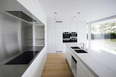 Built on the shore of Lake Zurich, Swiss architectural practice (Eckert Eckert Architekten) has created a intertwining two houses within one villa. Eclectic Kitchen, Kitchen Interior, Kitchen Design, Kitchen Queen, Home Kitchens, Dream Kitchens, Kitchen Pantry, Zurich, Contemporary Architecture